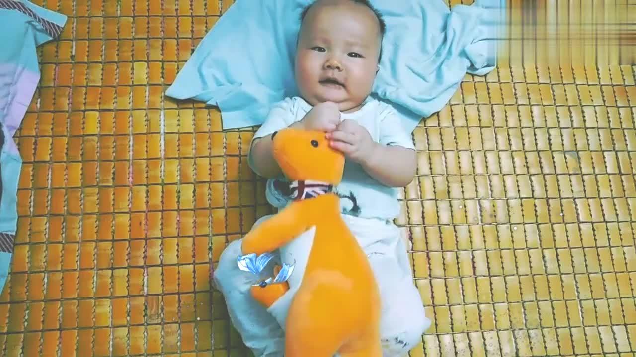 萌宝一个劲的笑,逗他更笑,他玩啥呢,这么兴奋,有没有想抱抱他
