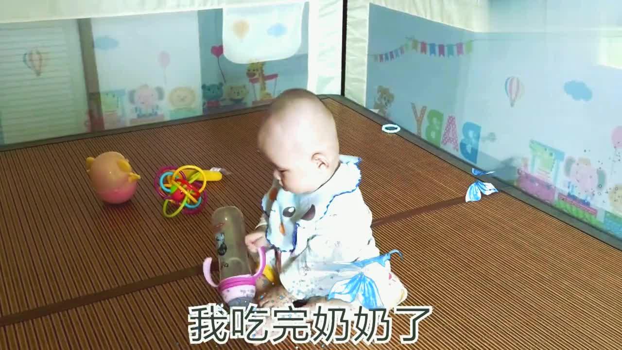 满6个月的宝宝会坐啦!稳稳当当,随便一个转身很容易!