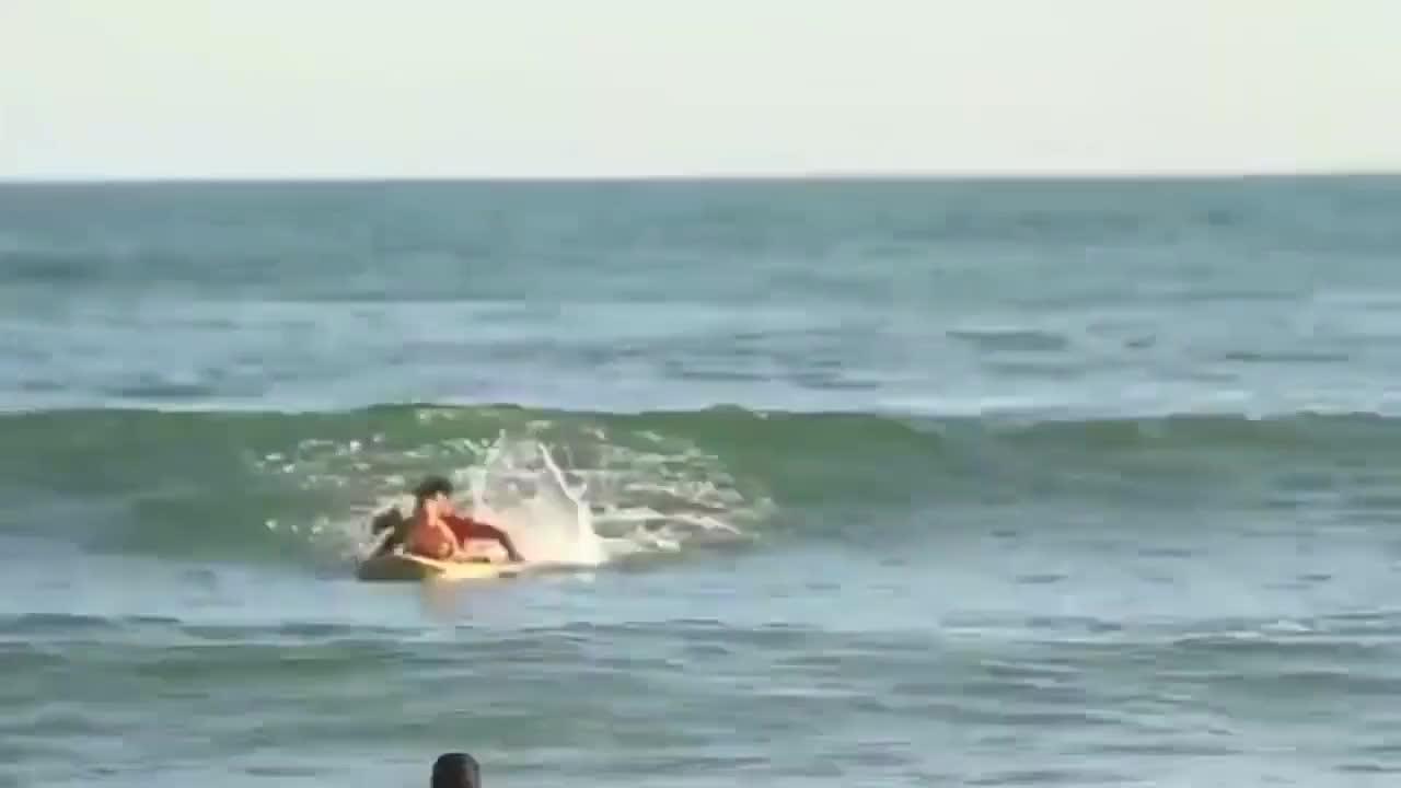 小宝宝还穿着尿不湿呢,就被爸爸带着去冲浪了,小娃胆子也是真大