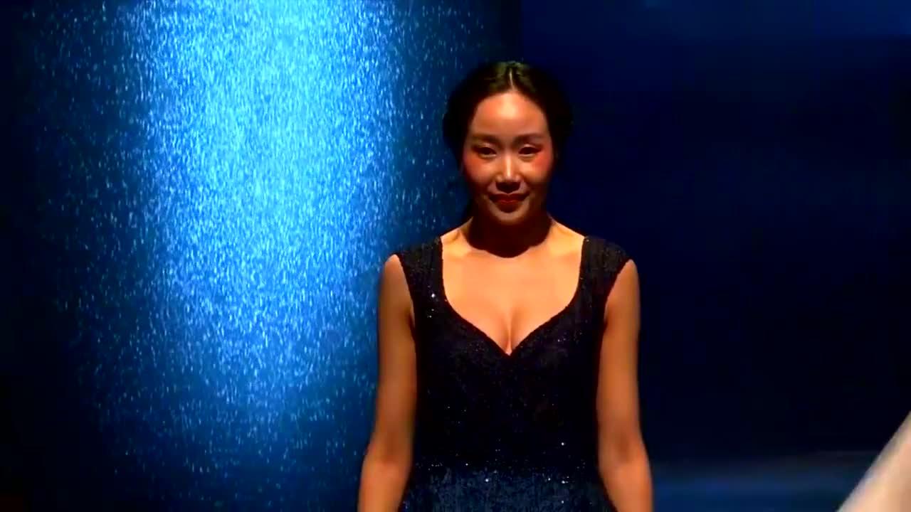 黑色渐变藏蓝色礼服宽V领设计魅力十足,裙摆的森林有深意