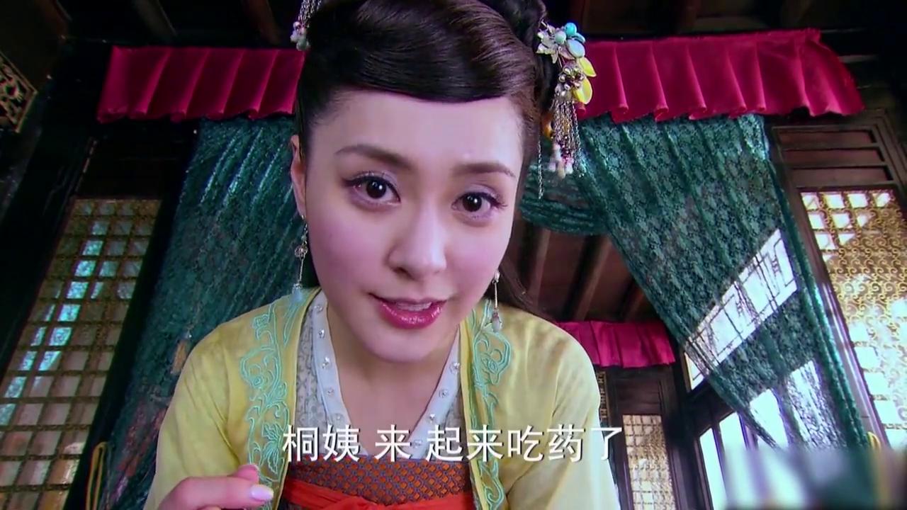桐姨知道巽芳青玉坛的人假扮的,为了少恭,她吃下了巽芳喂的毒药