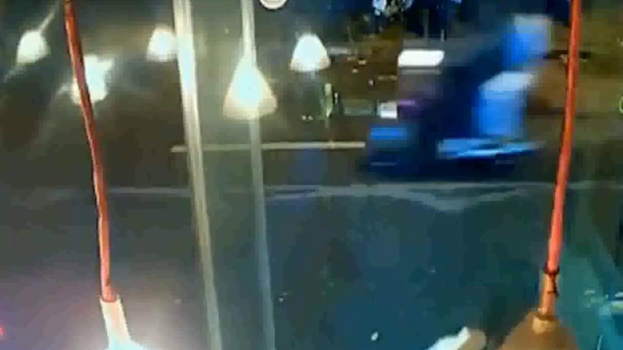 女孩放学刚进家门,小轿车突然失控的撞过来,结果不堪设想