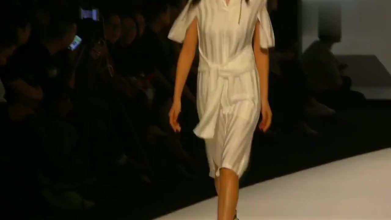 广东时装周:白色透视装,女模步伐妖娆,突显独一无二的气质