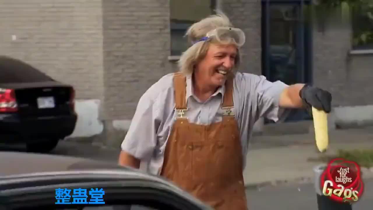 国外爆笑街头恶搞别人排气管冒废气这辆奇葩汽车冒爆米花