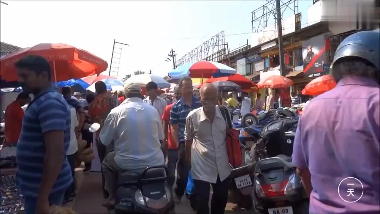 中国人去印度,看看印度女人怎么做生意,坐地上卖菜