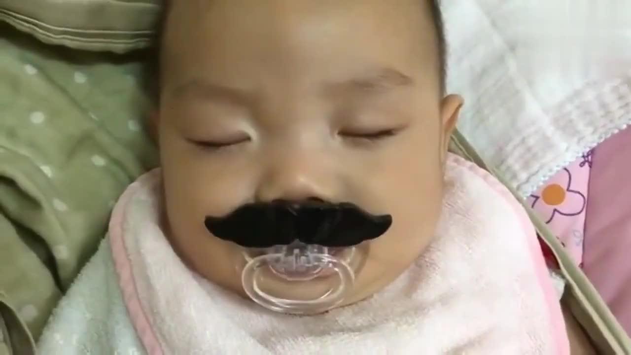 62天的宝宝睡觉时,还会梦到吃奶,配上这个奶嘴画面一出萌炸啦