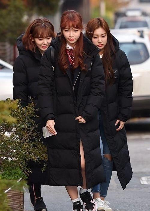 韩国女团IZ*ONE成员金彩元在首尔某高中参加2019年韩国高考
