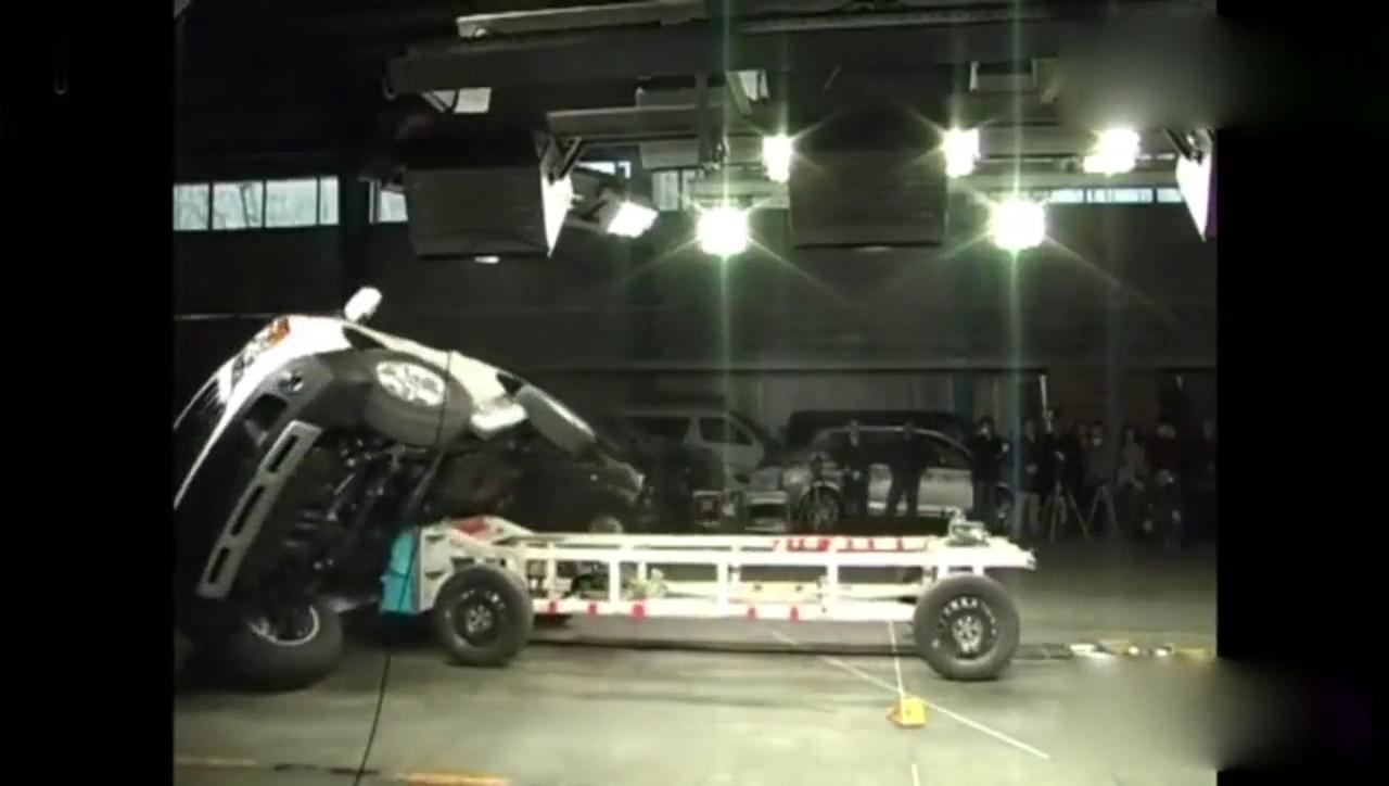视频:荣威W5碰撞测试