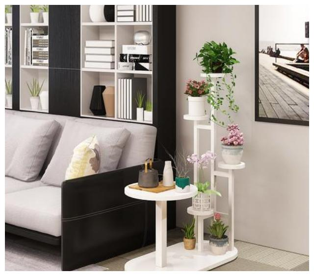 沙发别只会靠墙放,在后面放上个置物架,实用性强还高级