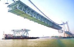 五峰山长江大桥钢梁架设进展顺利 中跨钢梁架设过半