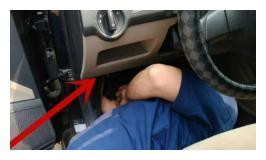 车主找来电瓶给自己爱车搭电,不小心正负极接反烧坏车身控制模块