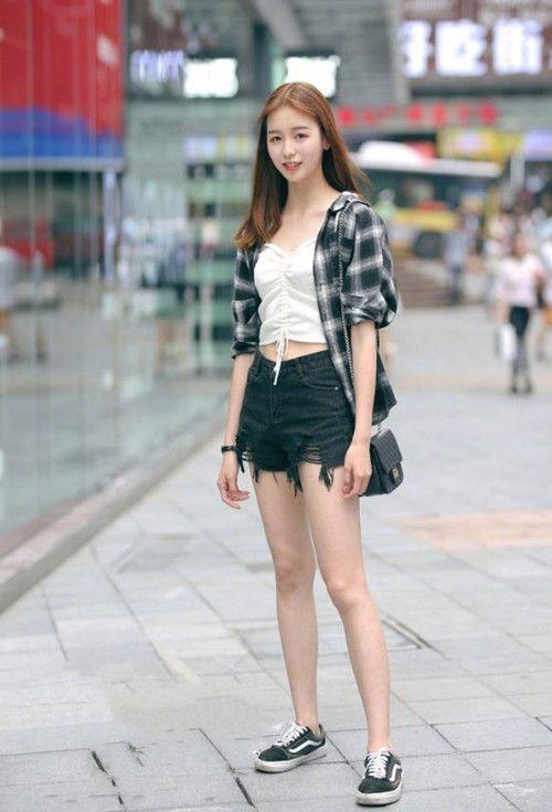 街拍:美女身材高挑肌肤亮白,一件露脐装+短裤就让人过目不忘!