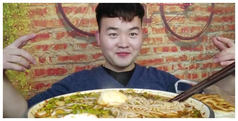 小伙挑战10斤面条,以为大胃王,当镜头拉近后,网友:打扰了