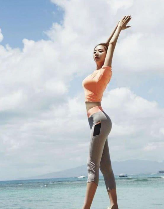 深圳美拍:美女穿上紧身裤,诱惑力无法抗拒,很好的秀出腿部线条