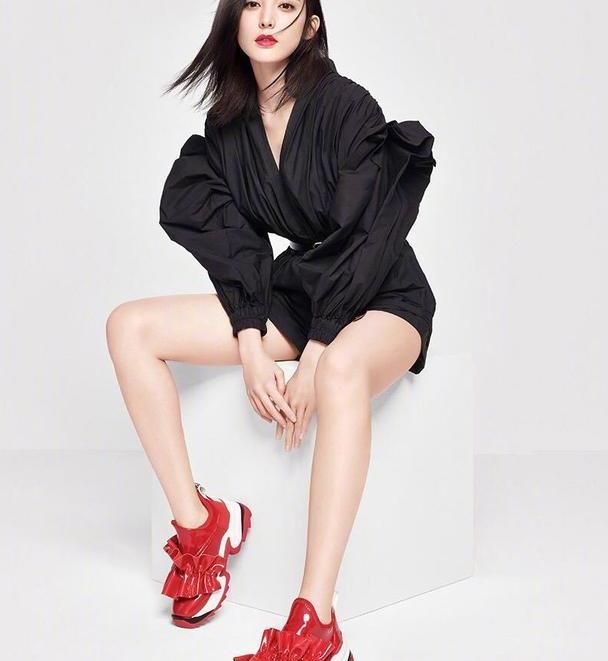 娜扎简直酷翻天,黑色无袖礼服配条纹高筒靴,双腿都显得细长了