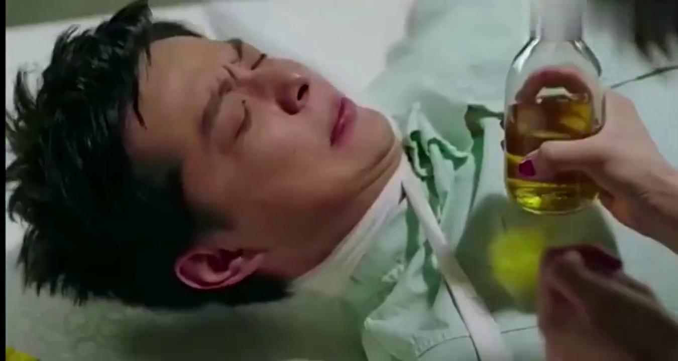 小伙喝一瓶东西,结果竟是童子尿,太恶心了!
