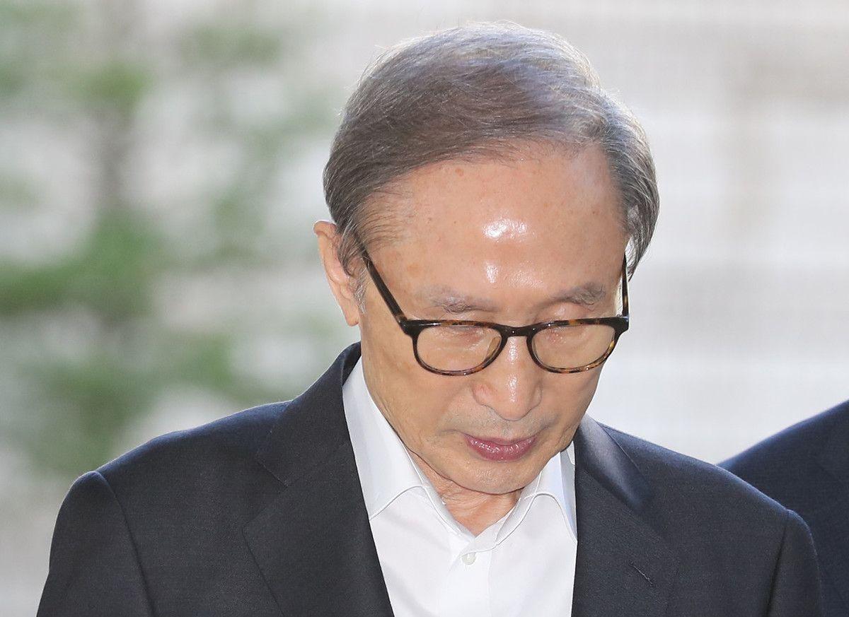韩前总统李明博出席庭审 下车动作僵硬小心翼翼 与支持者挥手