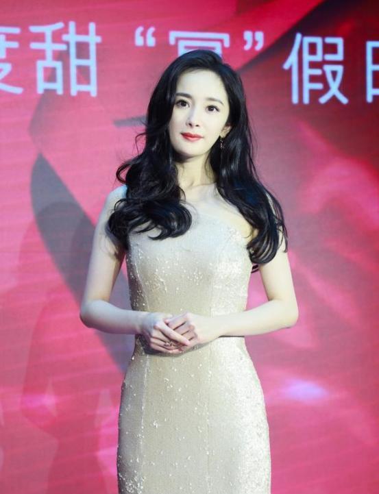 33岁杨幂海南参加活动,被爆新恋情后气色超好,尽显成熟美