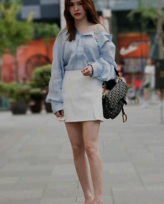 路人街拍:小姐姐蓝色上衣+白色短裙十分清纯,尽显时尚潮流