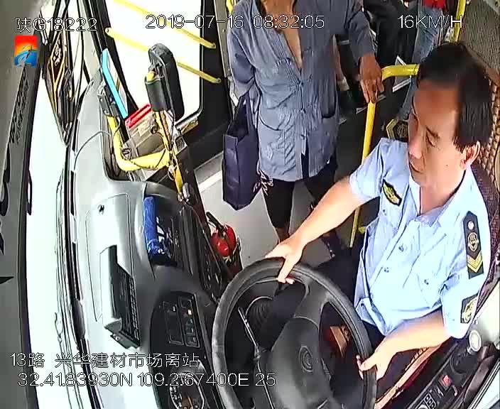 安康发生首例乘客抢夺公交车方向盘事件 肇事者已被刑事拘留