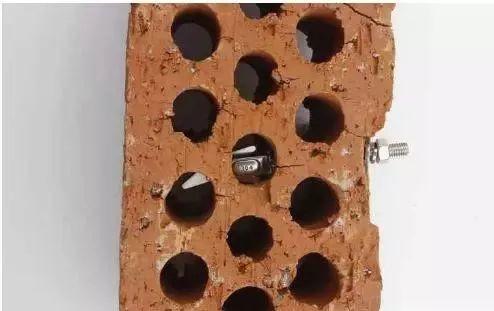 怎么在空心砖上打膨胀螺栓?