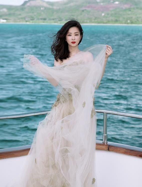 林静薄纱长裙唯美游艇写真