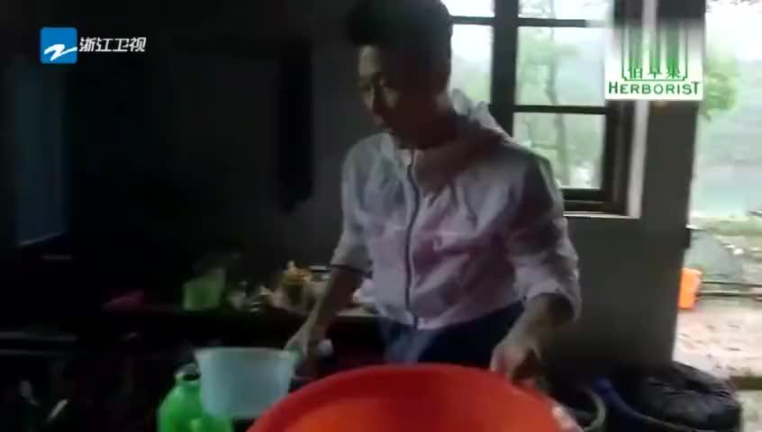 吴京郭京飞担心李铭顺夫妇被大雨困住早上起来就去看有心了