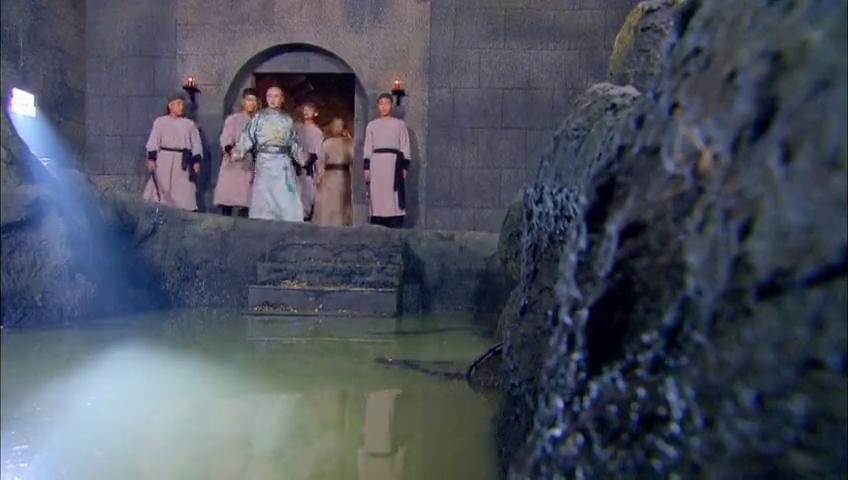 小伙被地头蛇关进水牢,没想到往水下一摸,竟发现了2大宝贝!
