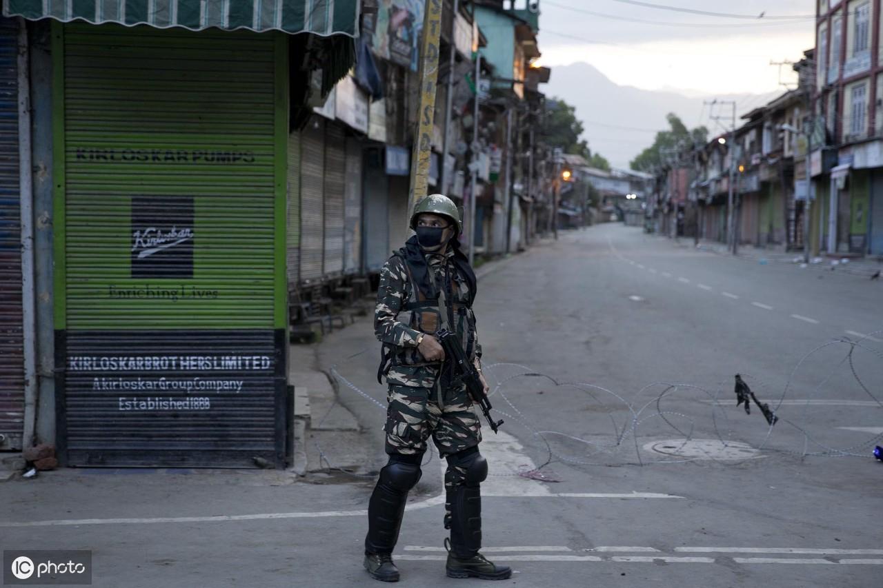 印度部队士兵在印度控制的克什米尔的斯利那加宵禁期间巡逻