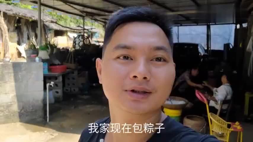今天国庆节了我家包粽子给大家看看广西农村包粽子怎么包的