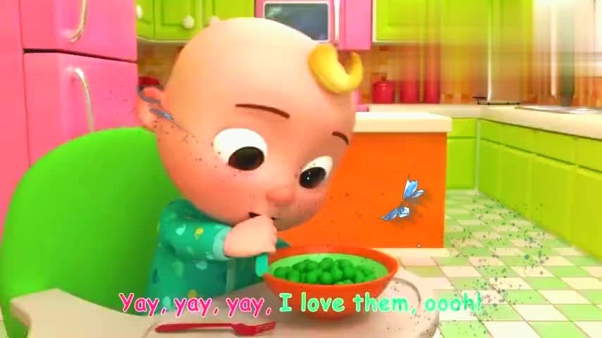 妈妈递给宝宝勺子,宝宝高兴地自己吃豆子!