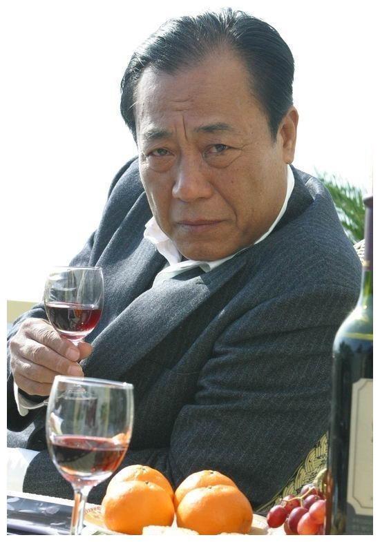 《潜伏》中天津站长吴敬中,为何把余则成始终留在身边?