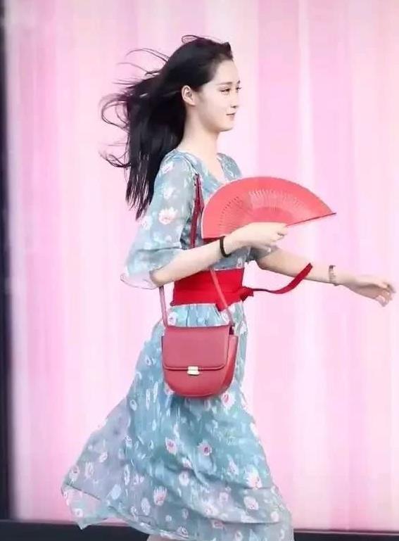 路人街拍:小姐姐穿着蓝色碎花裙,清新时尚尽显少女美感