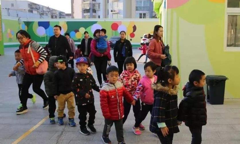 公立幼儿园延时服务,到底多少人报名?家长:直接读私立!