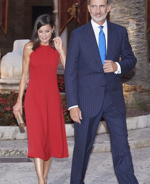 西班牙王后展完美直角肩,穿大红裙比凯特梅根都惊艳,少女身材呀