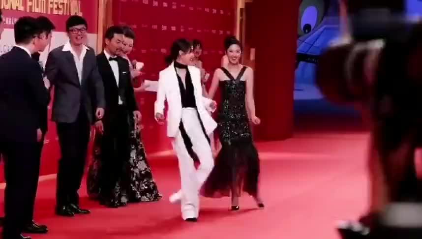 胡歌万茜桂纶镁和众多明星跳16步舞没想到各个都是武林高手