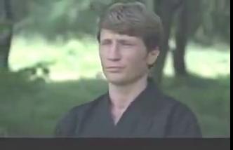 卑鄙的山本和埃迪合谋将李小龙打伤,李小龙住进医院