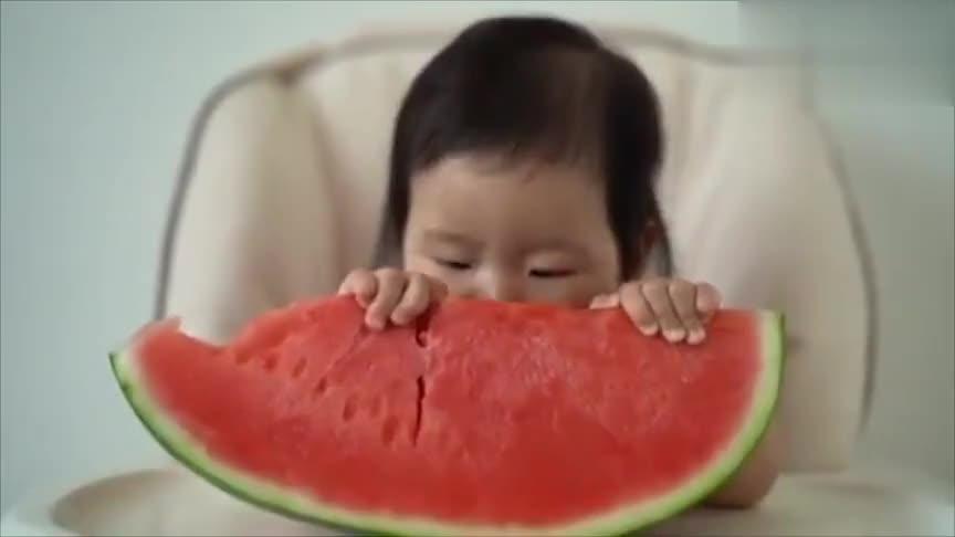 还没长牙的小宝吃西瓜,这一定是我见过的最萌的宝宝吃秀