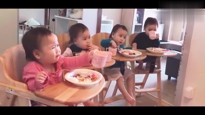 四胞胎小宝宝排排坐,自己吃饭喝水,完全不用大人喂好乖