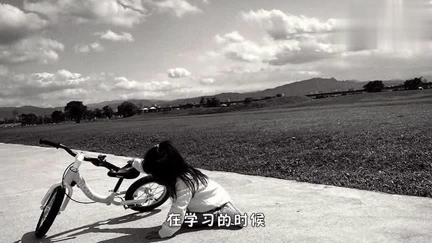 贾静雯晒两个人女儿学骑单车的萌照,两姐妹超级用心,不怕困难