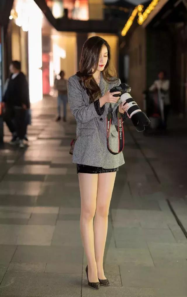 街拍:小姐姐无袖背心非常可爱,下面搭配牛仔小脚裤,气质尽显图片