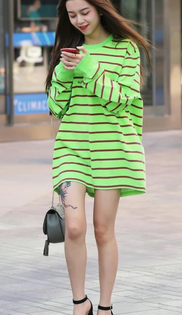 美女街拍:漂亮小姐姐们的潮流穿搭,彰显自己的好气质!