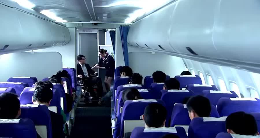 总裁上飞机坐轮椅,空姐以为他是残疾人,却不知自己被总裁看上