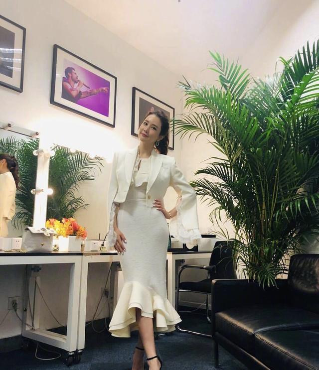 李多海高调亮相,白色连衣裙配波浪长发,35岁还是那么优雅气质