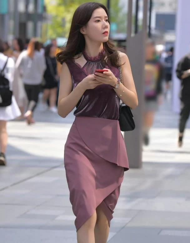 美女街拍:潮流姐姐的酷爽裙装搭配,完美展现自己的好身材!