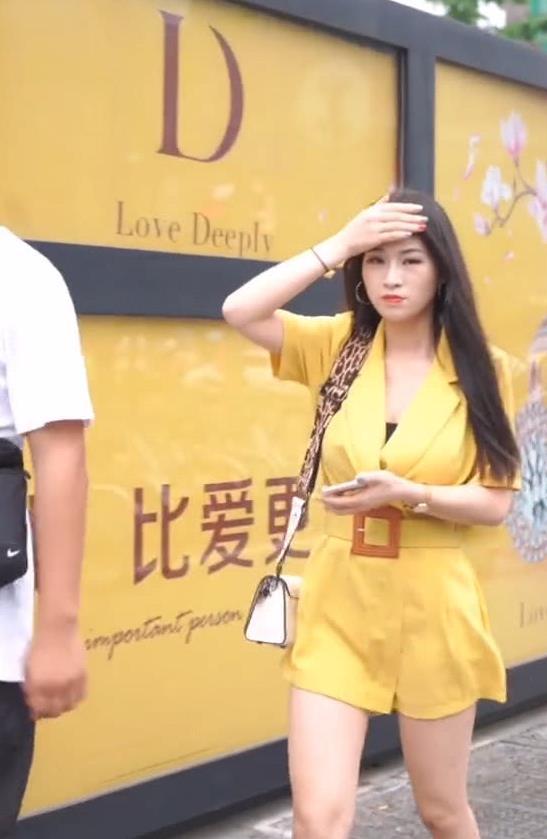 """街拍:""""气质女孩"""",身穿黄色西装连体短裤,简约大气又显气质"""