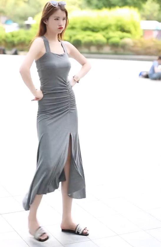 """街拍:头戴墨镜的""""知性""""美女,身穿灰色开叉裙,腰细腿长"""