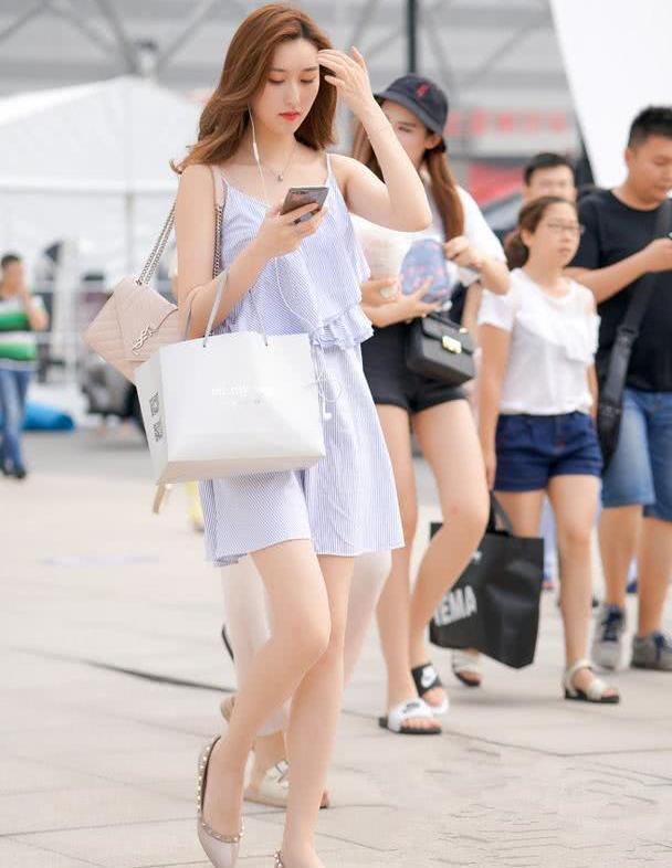 美女街拍:时髦辣妈们的精致穿搭融合,显瘦减龄又高级,超美!