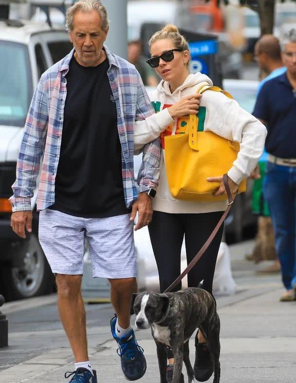 西耶娜·米勒纽约街拍,身穿米白连帽衫紧身裤,色彩靓丽显明媚