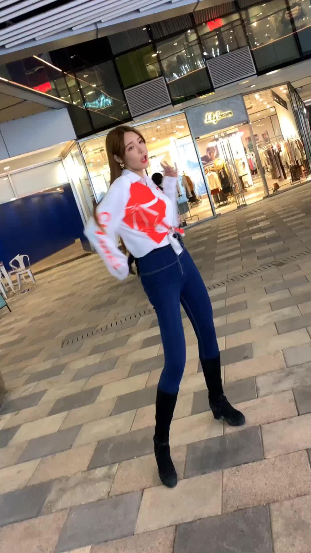 街头摄影三里屯偶遇网红小姐姐跳舞